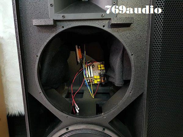 Bên trong thân loa Soundking F2215
